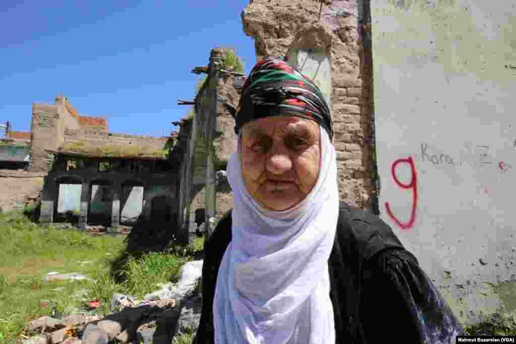 Sur'da geçen yılki sokağa çıkma yasağından sonra istimlak edilen evlerden tahliyeler