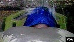 """Salah satu metode interogasi dengan kekerasan yang disebut """"waterboarding"""" (foto ilustrasi)."""