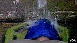"""Salah satu metode interogasi dengan kekerasan yang disebut """"waterboarding"""" (foto ilutrasi)."""