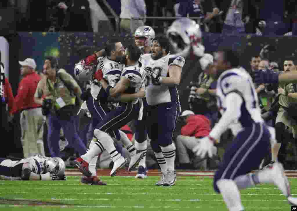 جشن و خوشحالی بازیکنان تیم فوتبال آمریکایی«نیوانگلند پاتریوتس» بعد از پیروزی شان در پنجاه و یکمین سوپربال. این مهمترین مسابقه ورزشی در آمریکا است.