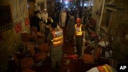10일 자살폭탄 테러가 발생한 파키스탄 페샤와르 선거 유세장에서 구조대원들이 현장조사를 하고 있다.