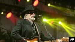 Ca sĩ Merle Haggard biểu diễn trên sân khấu ở Dover, Delaware, ngày 28/6/2015.