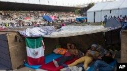 Binlerce göçmen Mexico City'de Jesus Martinez Stadyumu'nda bekliyor