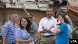 ປະທານາທິບໍດີ Barack Obama ຢ້ຽມຢາມເມືອງ Moore ໃນລັດ Oklahoma ທີ່ໄດ້ຮັບຄວາມເສຍຫາຍໜັກ ຈາກພາຍຸຫົວກຸດ.