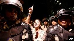 Bà Mitzy Capriles de Ledezma, vợ của thị trưởng Caracas, xuống đường kêu gọi chính quyền trả tự do cho chồng bà.