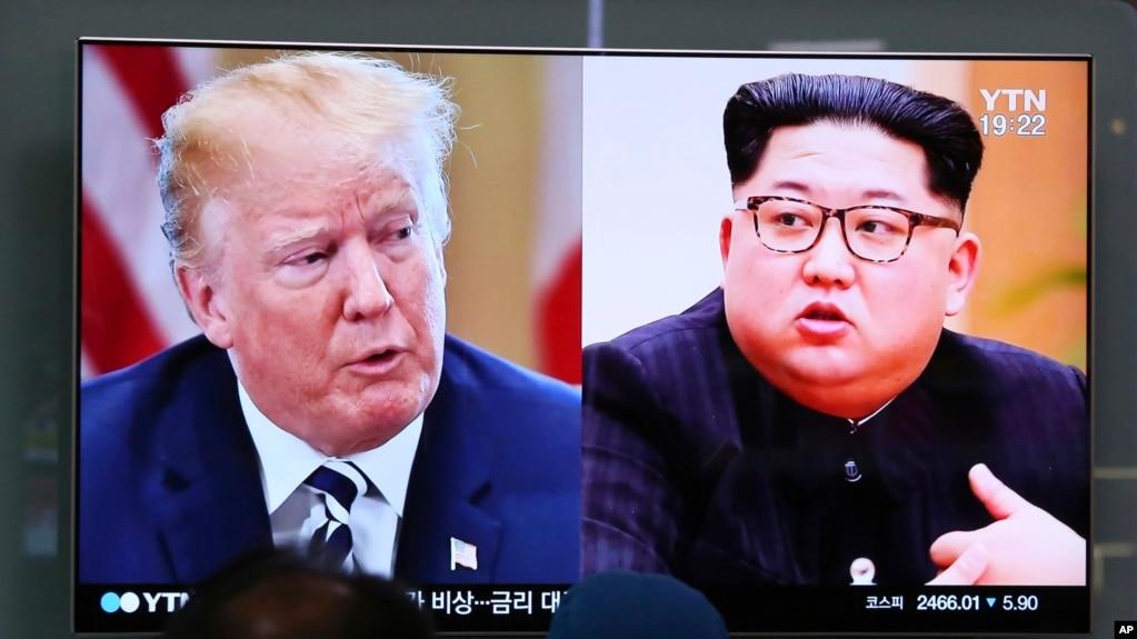 韓國首爾火車站的電視屏幕顯示美國總統川普(左)和朝鮮領導人金正恩的畫面。 (2018年5月24日)