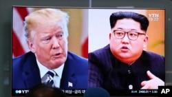 南韓首爾火車站的電視屏幕顯示美國總統川普(左)和北韓領導人金正恩的畫面。 (2018年5月24日)