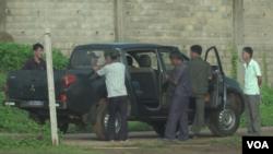 在塞内加尔达卡的几个朝鲜工人准备乘坐一辆卡车前往附近的工地。(2019年9月16日)