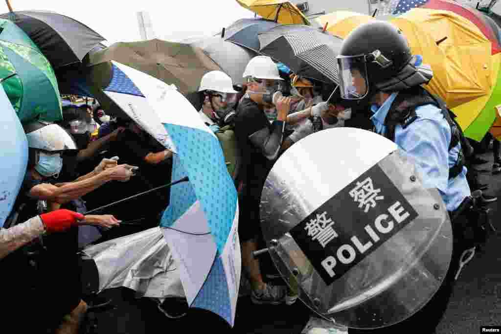 香港警察試圖驅散抗議升旗儀式的示威者 (2019年7月1日)
