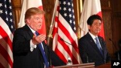 Tổng thống Donald Trump, và Thủ tướng Nhật Shinzo Abe tại cuộc họp báo chung ở Dinh Akasaka, Tokyo, ngày 6/11/2017.
