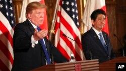 Le président Donald Trump, à gauche, et le Premier ministre japonais Shinzo Abe, à droite, lors d'une conférence de presse conjointe au Palais Akasaka, à Tokyo, 6 novembre 2017.
