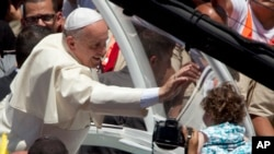 Paus Frasiskus melambai pada seorang anak perempuan setelah misa di Bethlehem, Tepi Barat, 25 Mei 2014.