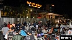 Pacientes son evacuados a un estacionamiento afuera de un hospital en Ciudad Mataram, tras un fuerte terremoto en la isla de Lombok, Indonesia. 5 de agosto de 2018, en esta foto de Antara, vía REUTERS.