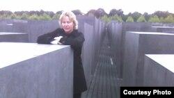 海內爾在柏林猶太人大屠殺博物館前