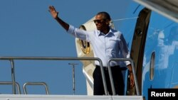 Le président américain Barack Obama embarque à bord de l'Air Force One au départ d'Hawaï pour participer à des sommets au Laos et en Chine, le 31 août 2016.