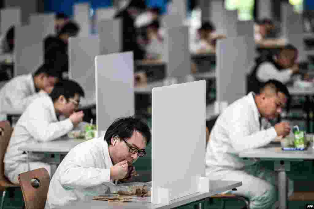ووہان میں کاریں بنانے والی کمپنی 'ہنڈا' میں بڑے پیمانے پر ملازمیں کام کرتے ہیں۔ بدھ کو انہوں نے پہلے کی طرح اپنا کام شروع کیا اور معمول کے مطابق فیکٹری میں پہلے کی طرح سب نے اکھٹے مل کر کھانا کھانا۔