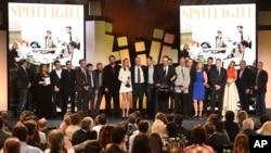 """Michael Sugar, ກາງ, ແລະບັນດານັກສະແດງປະກອບ ແລະທີມງານ ຂອງຮູບເງົາເລື່ອງ """"Spotlight"""" ຮັບມອບ ລາງວັນດີເດັ່ນ ຢູ່ທີ່ ງານມອບລາງວັນ Film Independent Spirit Awards ໃນ ນະຄອນ Santa Monica, ລັດຄາລີຟໍເນຍ, ວັນທີ 27 ກຸມພາ 2016."""