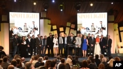 "Michael Sugar, tengah, dan pemeran serta kru film ""Spotlight"" menerima penghargaan untuk kategori film terbaik di Spirit Awards, 27 Februari 2016, di Santa Monica, California."