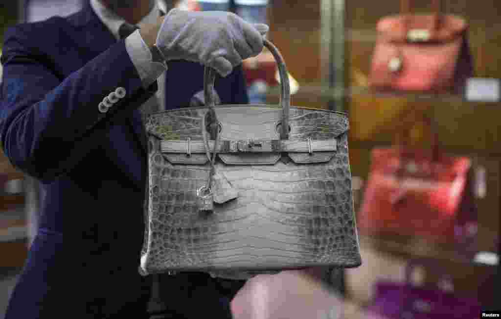 미국 켈리포니아주 베벌리힐스의 한 고급 경매소 직원이 다이아몬드와 악어가죽으로 만든 에르메스 '버킨' 핸드백을 들어보이고 있다.