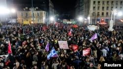 Para pendukung Perdana Menteri baru Yunani, Alexis Tsipras, merayakan kemenangannya di Athena (25/1).