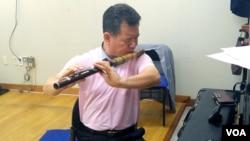 경기도립국악단의 김응호 제1수석이 통일대금을 연주하고 있다.