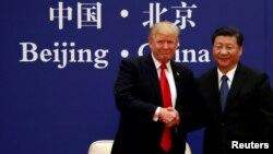 지난해 11월 도널드 트럼프 미국 대통령과 시진핑 중국 국가주석이 베이징 인민대회당에서 만나 악수하고 있다.