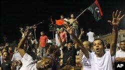 利比亞人民星期三早上走進卡扎菲在的黎波里官邸院落慶祝。