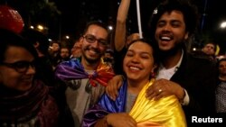 Người dân vui mừng sau khi chính phủ Colombia và phiến quân FARC đạt được một thỏa thuận hòa bình lịch sử, ở Bogota, Colombia, 24/8/2016.