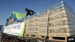 Các bao bột được chất lên xe ở Nam Triều Tiên để chở sang Bắc Triều Tiên trong lần viện trợ trước đây
