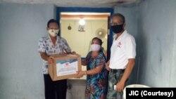 Warga Jakarta Utara menerima bantuan JIC yang disalurkan lewat Persatuan Umat Buddha Indonesia (Permabudhi). (Foto: JIC)