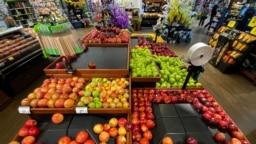 Apel di dalam supermarket Ralphs Kroger Co. di Los Angeles, California, AS, 15 Maret 2020. (Foto: Reuters)