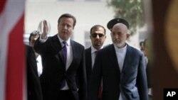 아프가니스탄 수도 카불에서 만난 데이비드 카메론 영국 총리(왼쪽)와 하미드 카르자이 아프간 대통령.