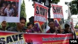 """Para demonstran di Jakarta menyerukan """"Selamatkan Muslim Rohingya"""" dan """"Allahu Akbar"""", sambil berbaris di jalan-jalan di Jakarta Pusat (foto: dok)."""