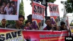 Aktivis Indonesia berdemonstrasi menentang kekerasan terhadap etnis Rohingya di Myanmar. (Foto: VOA)