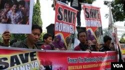 các nhà hoạt động ở Indonesia biểu tình phản đối các vụ bạo động nhắm vào người Hồi giáo Rohingya ở Miến Điện