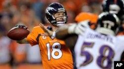 Payton Manning (18) se apresta a lanzar el balón en el juego inaugural de la NFL, que ganaron a Baltimore.