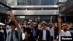 香港示威者在港岛中心地区举手抗议。(2019年11月11日)