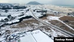 2년 만의 기록적인 폭설과 한파가 닥친 제주도 성산읍 시흥리 일대를 25일 상공에서 촬영한 모습.