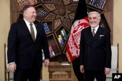 AQSh Davlat kotibi Mayk Pompeo Afg'onistondagi so'nggi prezident saylovlari natijasini tan olmayotgan Abdulla Abdulla bilan, Kobul, 23-mart, 2020