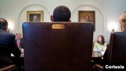 """El presidente de EE.UU. tuiteó una foto suya en el sillón presidencial con el mensaje """"este puesto está ocupado"""", en respuesta a las acusaciones de Clint Eastwood. [Foto vía Twitter @BarackObama]"""