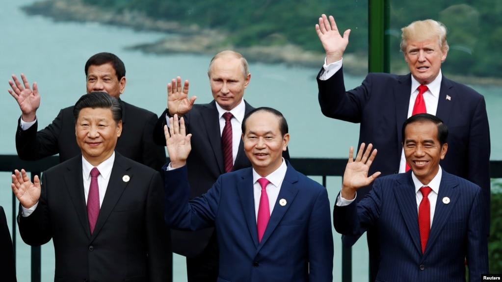 美國總統川普、中國國家主席習近平、俄羅斯總統普京、印尼總統佐科等領導人在越南峴港舉行的亞太經合組織會議期間合影(2017年11月11日)。