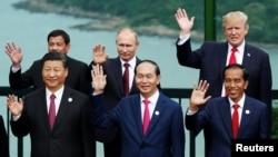 美國總統川普、中國國家主席習近平、俄羅斯總統普京等領導人在越南峴港舉行的亞太經合組織會議期間合影 (2017年11月11日)。