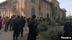 巴基斯坦警察和救援人員趕到白沙瓦的農業大學校園