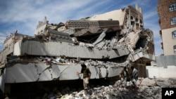 지난 5일 예멘 수도 사나의 상공회의소 본부 건물이 사우디아라비아의 공습으로 파괴된 모습이다. (자료사진)