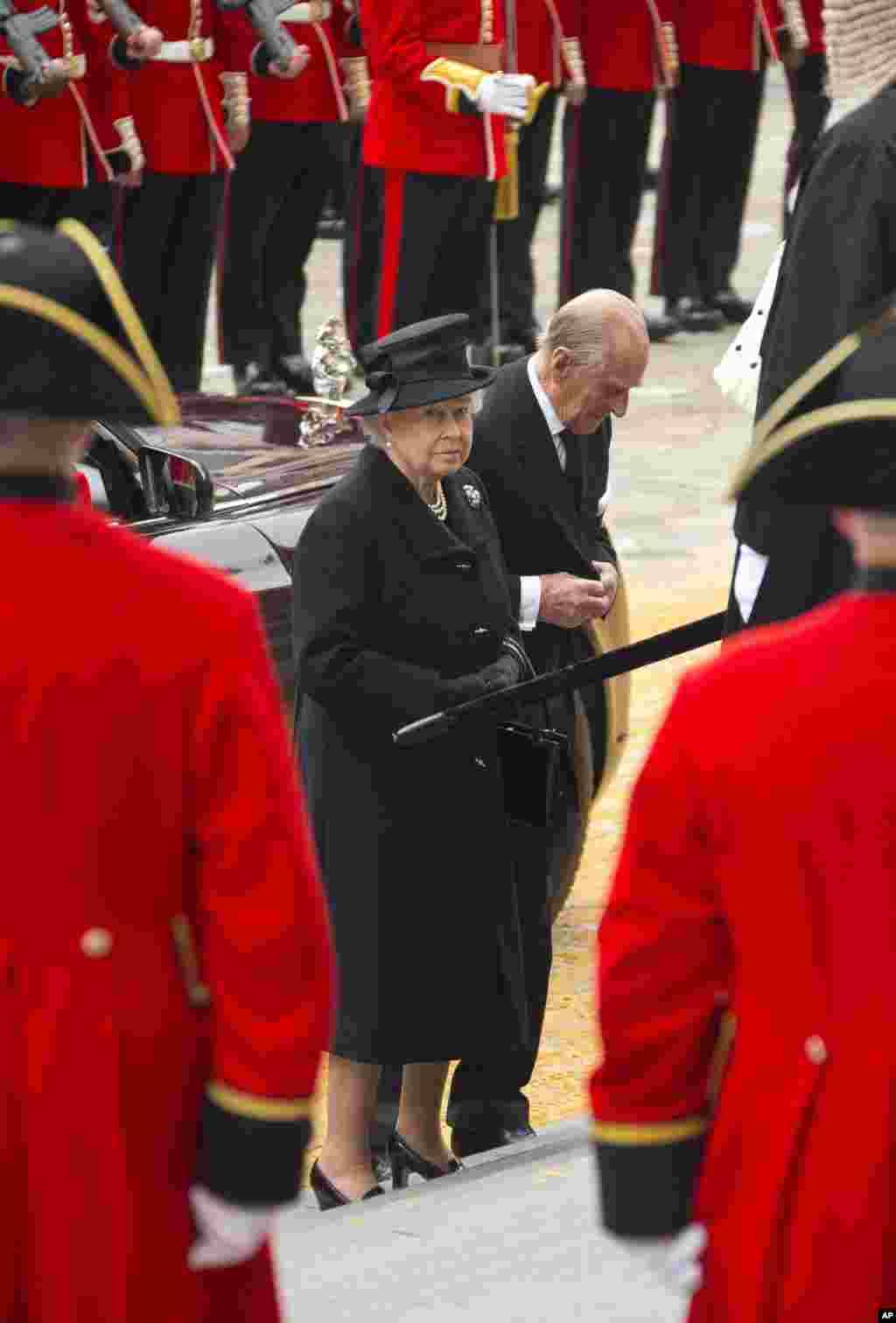 Nữ hoàng Elizabeth II và phu quân Hoàng tế Philip đến dự tang lễ cựu Thủ tướng Anh Thatcher, chuẩn bị vào Nhà thờ Thánh Phao-lô.