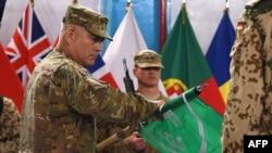 Tướng John Campbell (trái) cuộn lá cờ của lực lượng ISAF trong buổi lễ đánh dấu sự kết thúc sứ mệnh tác chiến ở Afghanistan, 28/12/2014.