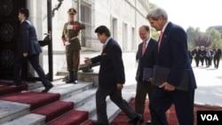 克里10月12日抵達喀佈爾的總統府,與阿富汗總統卡爾扎伊舉行第二次會晤