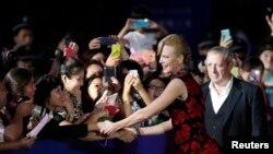 Nicole Kidman bắt tay giới hâm mộ tại buổi lễ ở Thanh Đảo 22/9/13