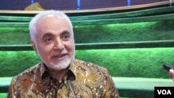 Imam Feisal Abdul Rauf berbicara dalam diskusi di Pusat Kebudayaan @america, Jakarta (foto: VOA Indonesia)