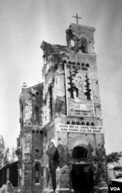 Sau chiến tranh, chỉ còn lại di tích tháp chuông cổ từ ngôi Thánh đường La Vang cũ. [nguồn: daminhvn.net]
